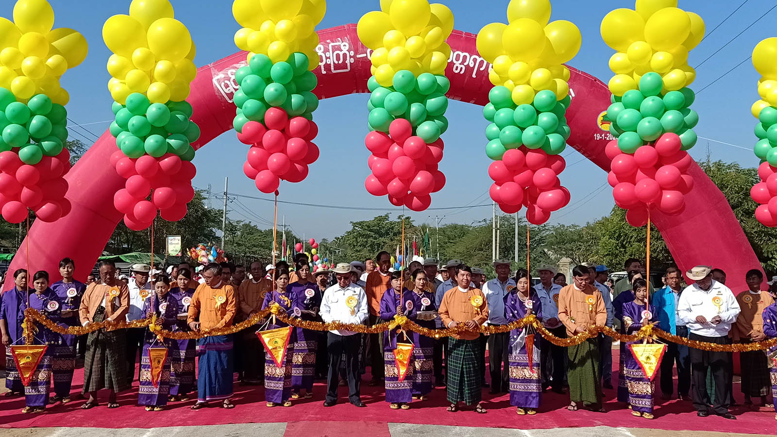 Union Minister U Han Zaw and officials open the new tarred road between Natogyi and Taungtha townships of Myingyan District, Mandalay Region yesterday. Photo: MNA