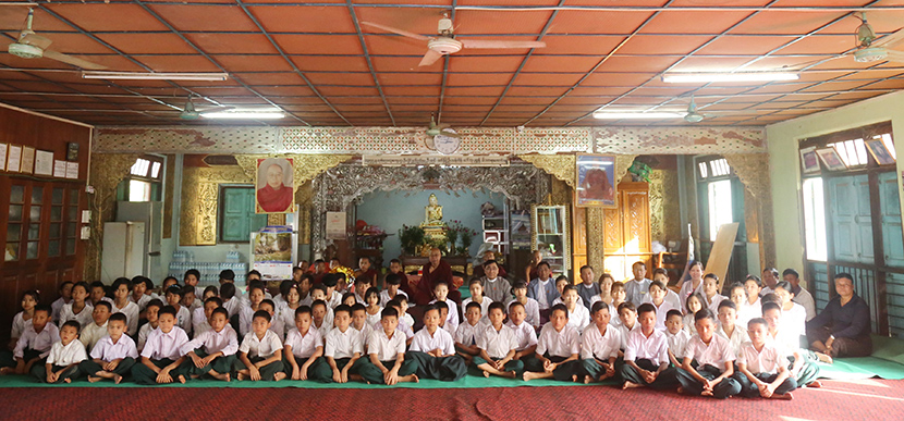 Union Minister Dr Win Myat Aye and Ma Soe Yein Monastery Sayadaw pose for a group photo together with students at the monastery in Thapyaygon, Nay Pyi Taw. Photo: MNA