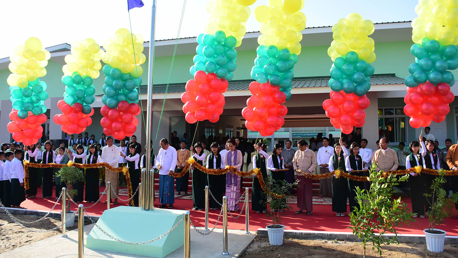 State Counsellor Daw Aung San Suu Kyi and dignitaries cut ribbon to open the new 'model building' of Basic Education Primary School (Bawgawadi) in Nay Pyi Taw yesterday. Photo: MNA