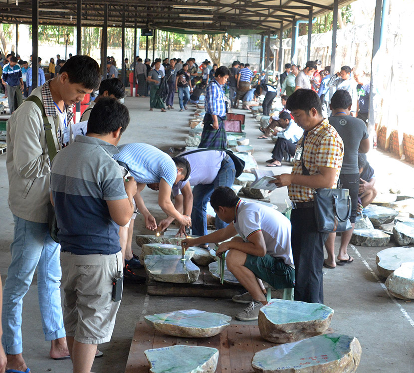 Jade merchants viewing pieces of jade on the 4th day of Gems Emporium in Nay Pyi Taw.photo: mna
