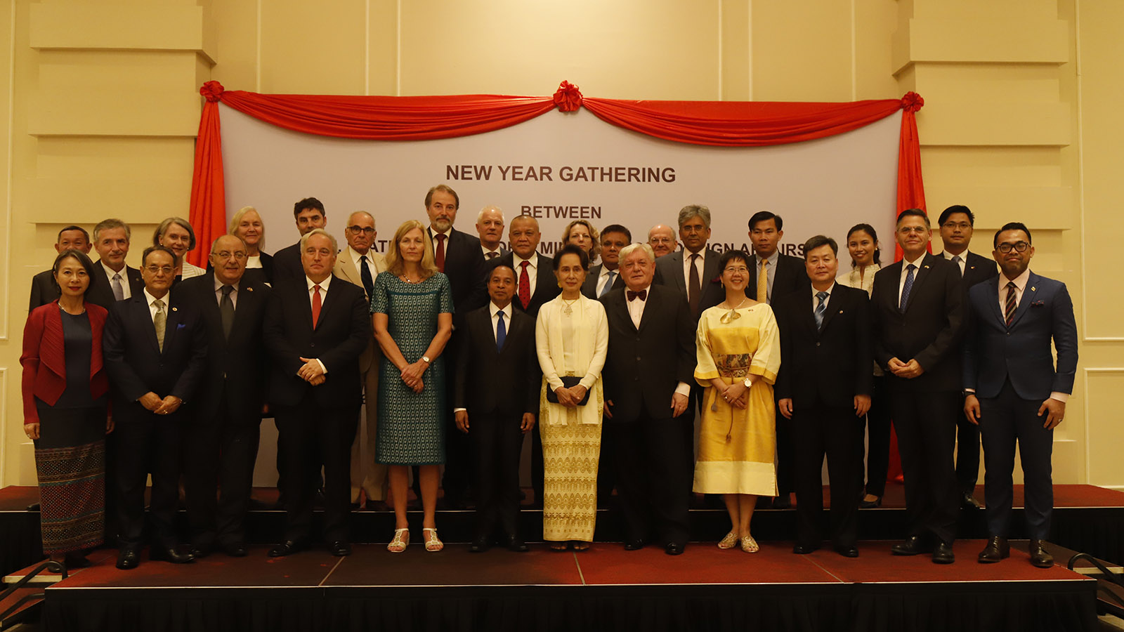 State Counsellor Daw Aung San Suu Kyi and Ambassador of Timor-Leste Mr Joao Freitas de Camara pose for a group photo together with diplomatic corps at the luncheon to commemorate New Year and the 72nd Anniversary of the Independence Day of the Republic of the Union of Myanmar in Nay Pyi Taw on 3 January 2020.Photo: MNA