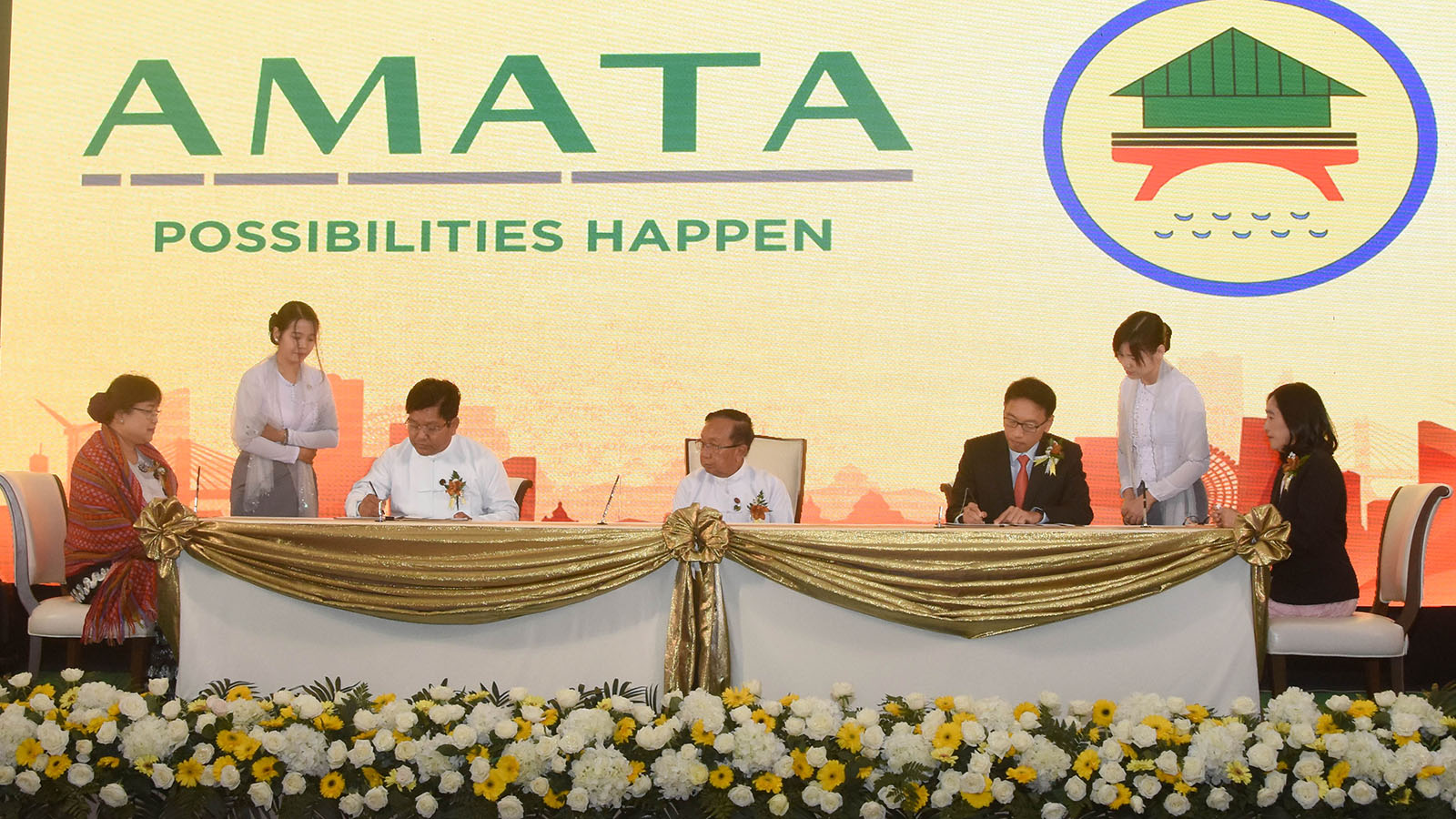 Union Minister U Han Zaw attends the signing ceremony for cooperation agreements on the Yangon Amata Smart and Eco City project in Nay Pyi Taw yesterday.Photo: MNA
