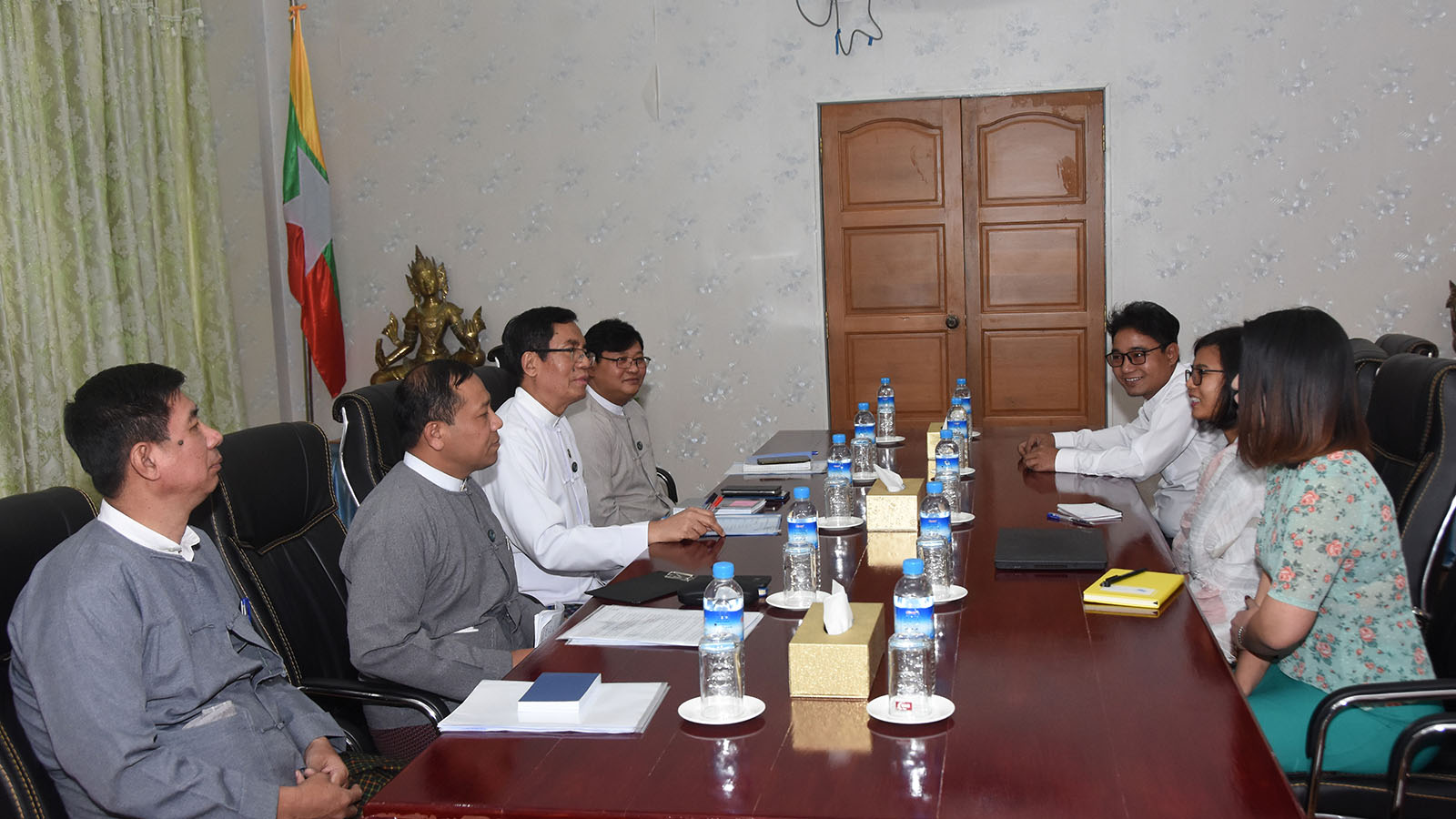 Deputy Minister U Aung Hla Tun meets with BBC Media Action delegation at the Ministry of Information in Nay Pyi Taw yesterday.Photo: MNA