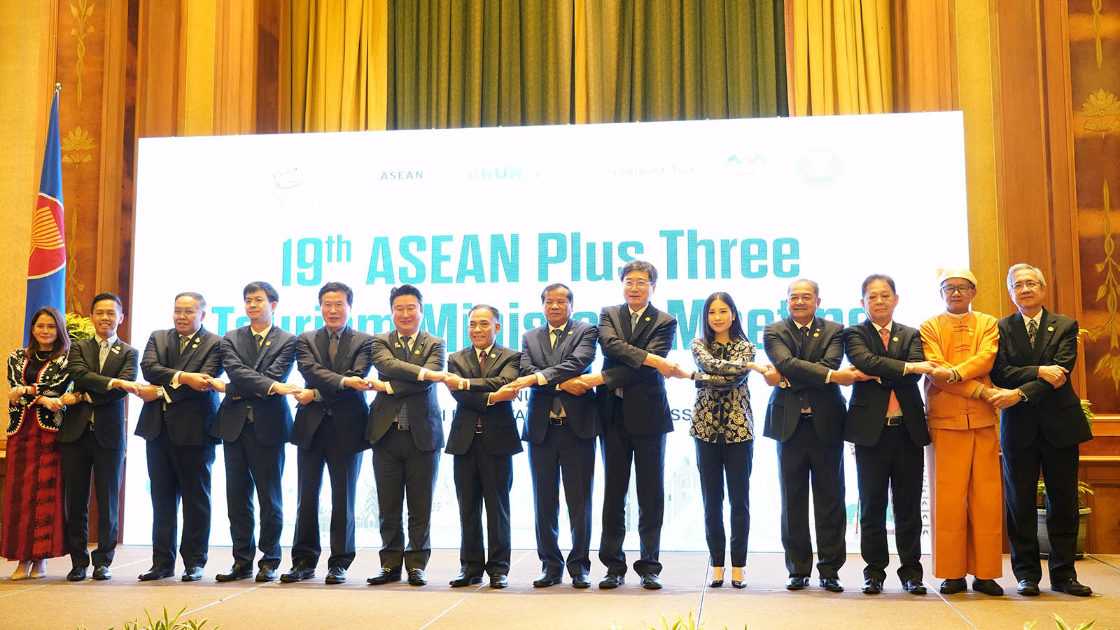 Union Minister U Ohn Maung and ASEAN ministers pose for a documentary photo at the 19th ASEAN Plus Three Tourism Ministers Meeting in Bandar Seri Begawan, Brunei Darussalam on 14 January. Photo: MNA