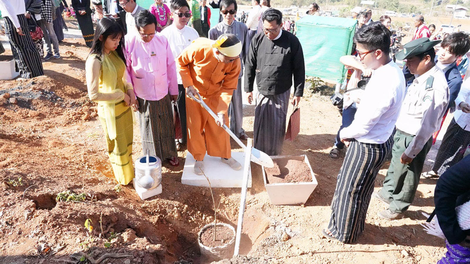 Union Minister U Ohn Maung plants a cherry tree at the 4th Cherry Trees Planting Ceremony to mark the 68th Anniversary of Kayah State at the Buddha Park in Loikaw, Kayah State, yesterday. Photo: MNA