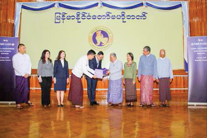 Officials of the K Bank and A Bank present their investment proposals to the Governor of CBM.Photo: MNA