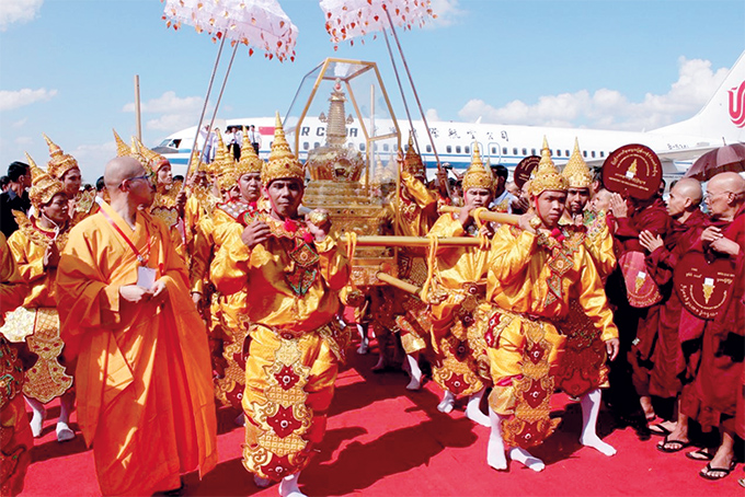 Buddha's tooth relic from China is conveyed to Myanmar for public obeisance.