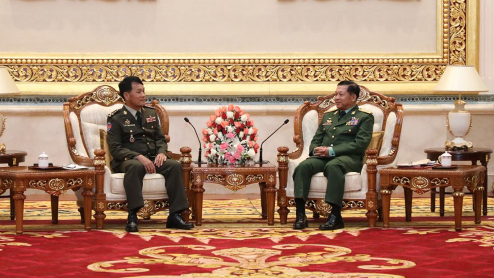 Senior General Min Aung Hlaing meets Royal Cambodian Armed Forces (RCAF) Commander-in-chief General Vong Pisen at the Zeyathiri Beikman in Nay Pyi Taw yesterday.Photo: Office of the Commander-in-Chief
