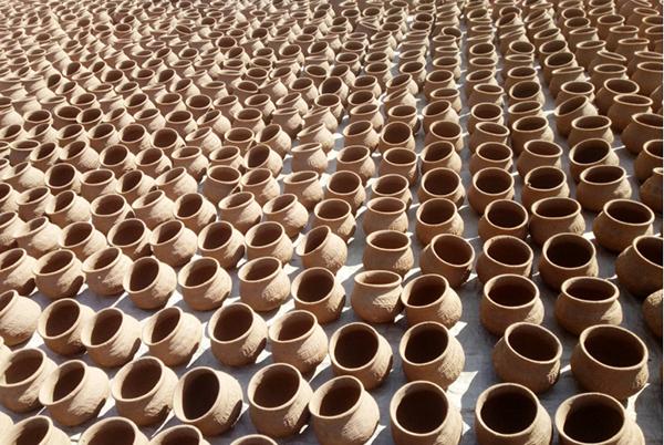 Earthen pots are selling well in the palm climbing season in Ngathayauk.Photo: Ko Htein (Ngathayauk)
