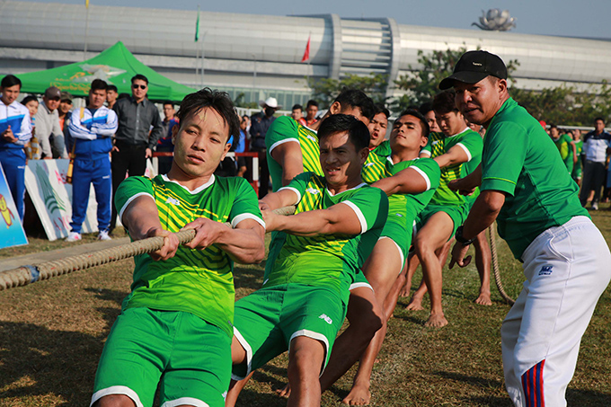 Men competing in a tug-of-war yesterday at the training ground of the WunnaTheikdi Stadium in Nay Pyi Taw. Photo: MNA