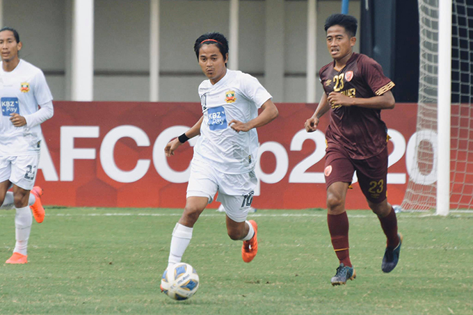 Myanmar's Yan Naing Oo (white) carries the ball past PSM Makassar player Gatra at the Group H match of the AFC Cup, held yesterday at the Madya Stadium in Jakarta, Indonesia.Photo: SUFC
