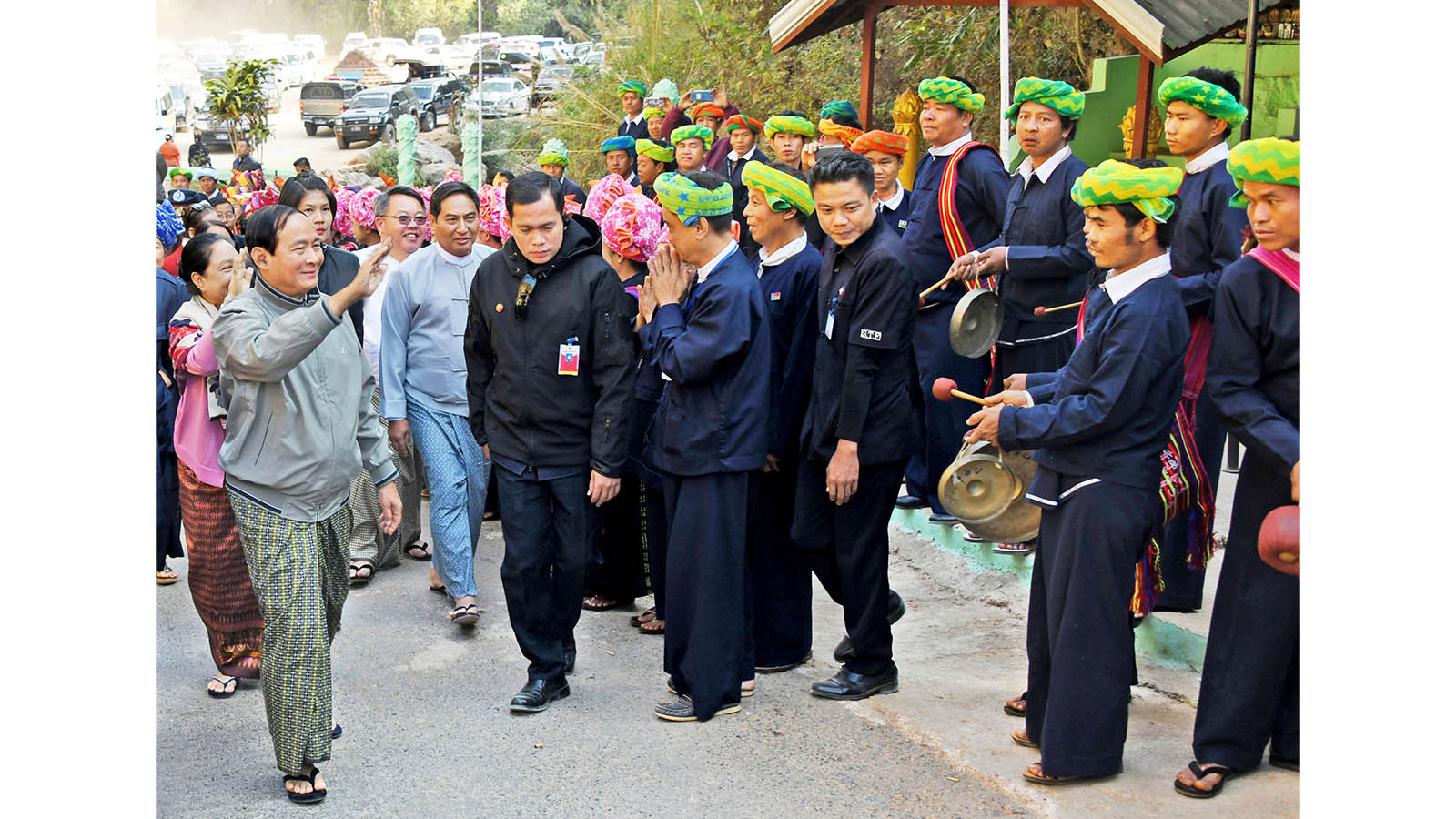 President U Win Myint and First Lady Daw Cho Cho greet the Pa-O national ethnic people near Htansan Cave in Hopong Township yesterday.Photo: MNA