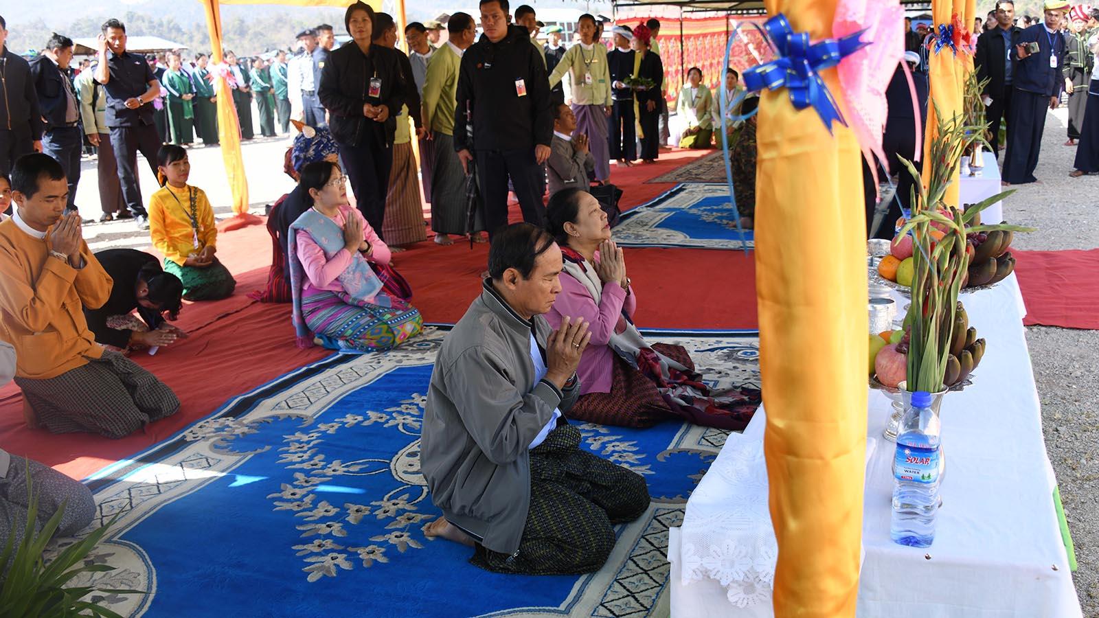 President U Win Myint and First Lady Daw Cho Cho pay homage to the Htansan Shwedagon Pagoda , a replica of the Yangon's Shwedagon Pagoda.Photo: MNA