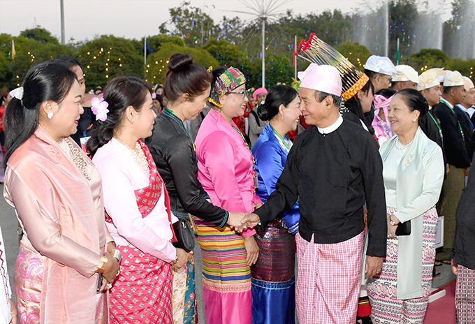 President U Win Myint and First Lady Daw Cho Cho greet the delegates at the dinner in commemoratin of the 73rd Union Day in Nay Pyi Taw.Photo: MNA