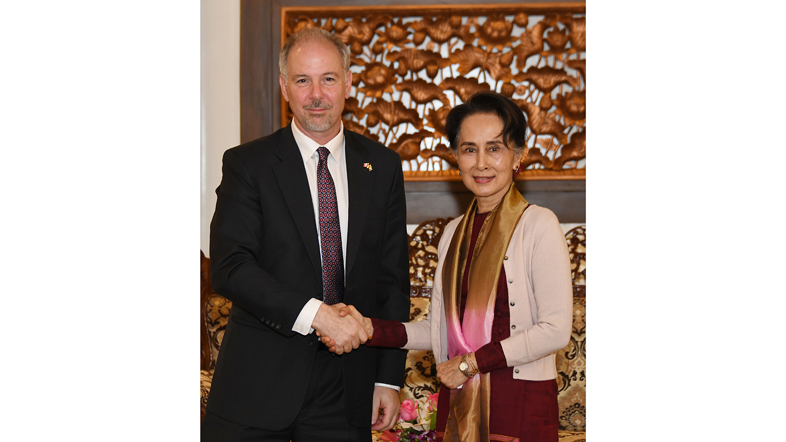 State Counsellor Daw Aung San Suu Kyi shakes hands with Ambassador of Canada Mr Francois Lafreniere in Nay Pyi Taw.Photo: MNA