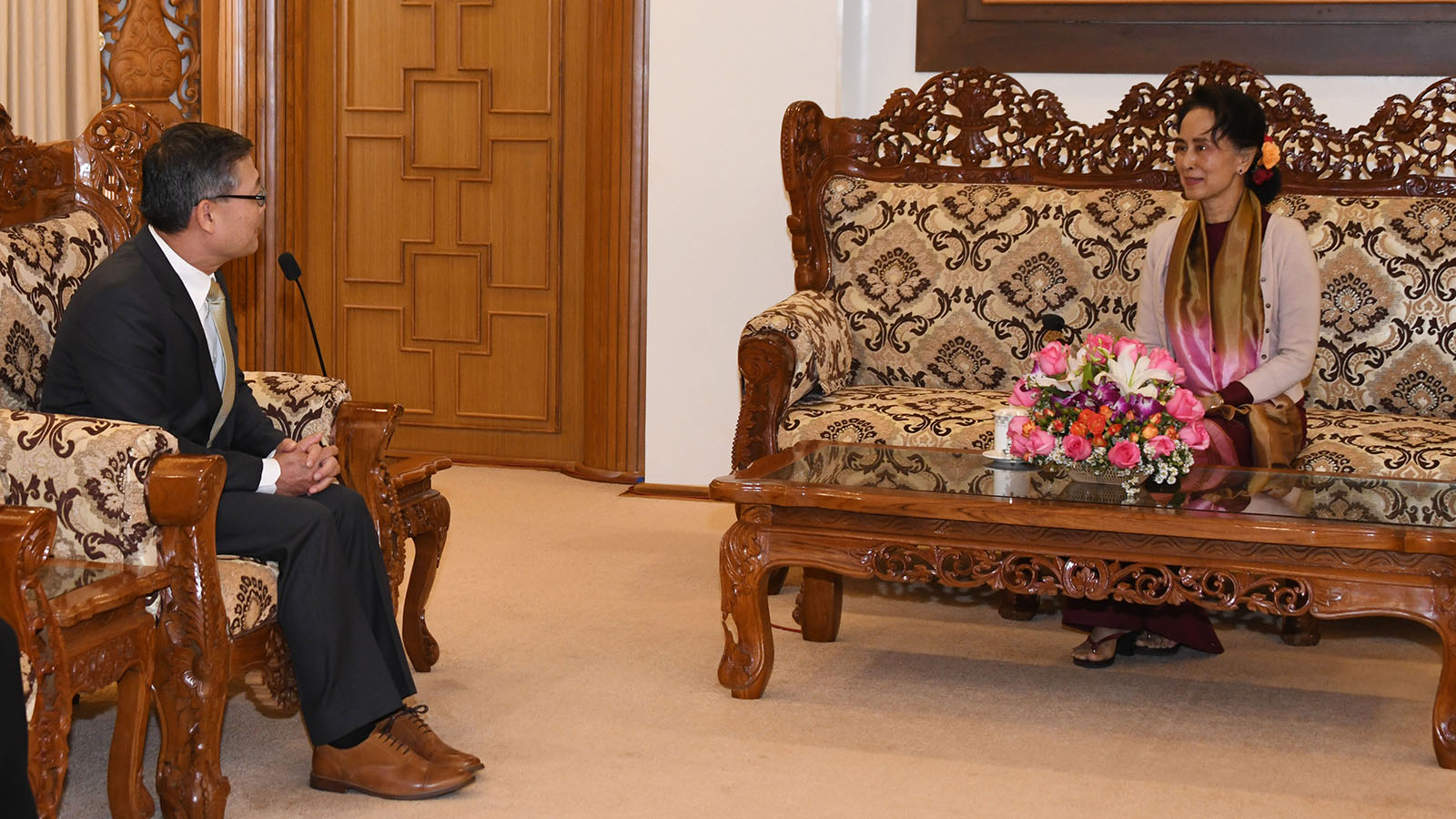 State Counsellor Daw Aung San Suu Kyi meets with Vietnamese Ambassador Mr Ly Quoc Tuan in Nay Pyi Taw yesterday.Photo: MNA