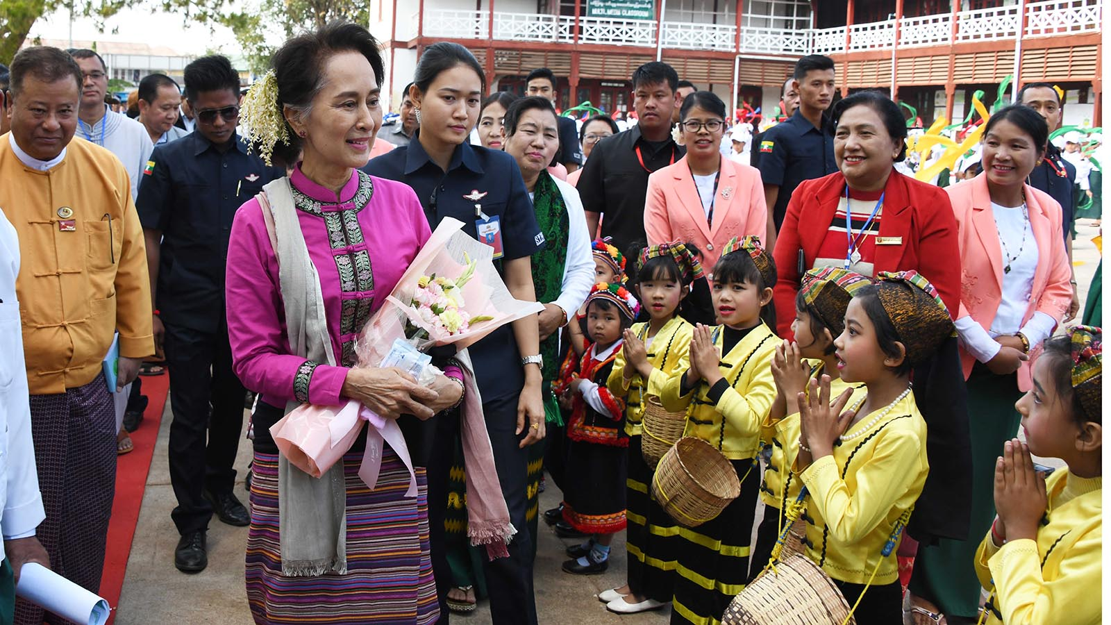 State Counsellor Daw Aung San Suu Kyi is welcomed by school children at No.1 High School in Taunggyi Township in southern Shan State.Photo: MNA