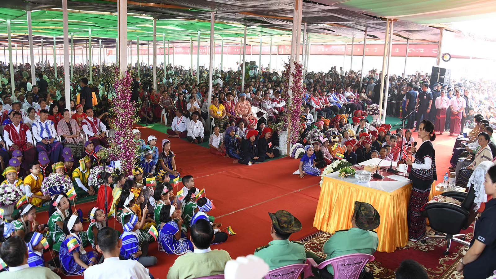 State Counsellor Daw Aung San Suu Kyi meets with local people in Kawkareik Township, Kayin State yesterday.Photo: MNA