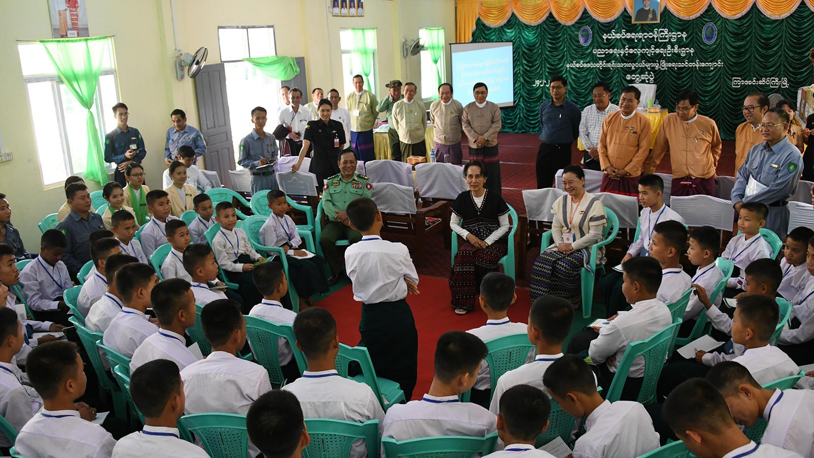 State Counsellor Daw Aung San Suu Kyi meets with students from the training school for the development of national races in Kya-in-Seikkyi, Kayin State yesterday.Photo: MNA