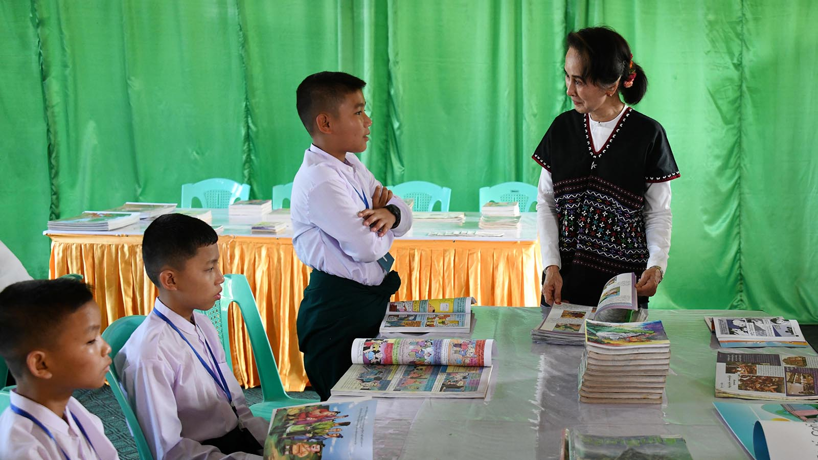 State Counsellor Daw Aung San Suu Kyi chats with students from the training school for the development of national races in Kya-in-Seikkyi, Kayin State yesterday.Photo: MNA