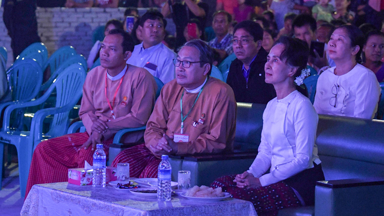 State Counsellor Daw Aung San Suu Kyi enjoys the traditional performance by dance troupe in Mawlamyine yesterday.Photo: MNA