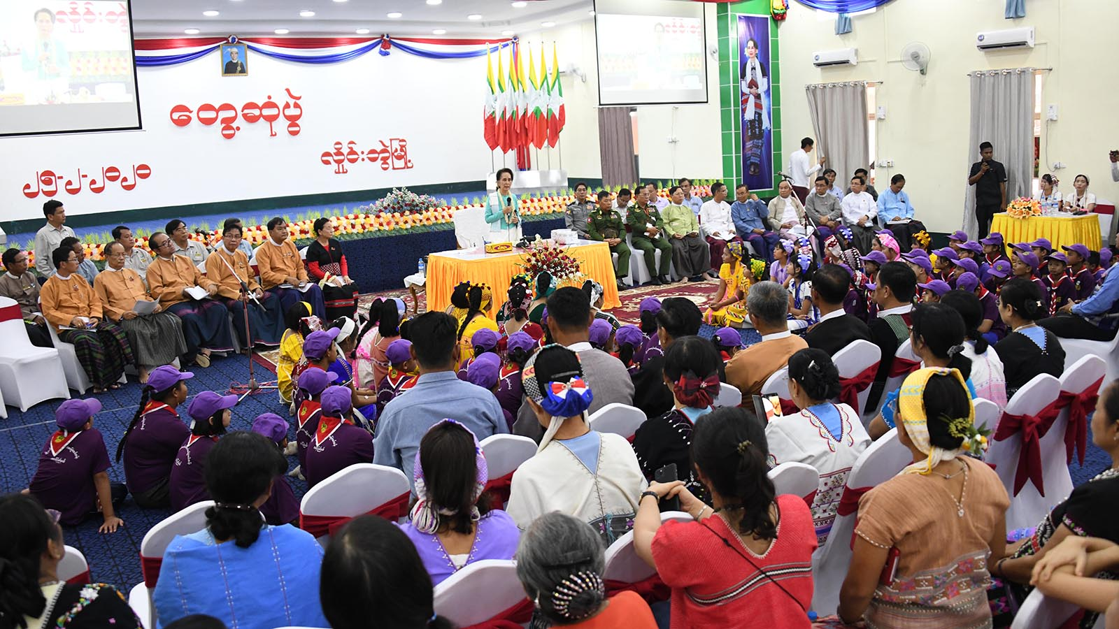State Counsellor Daw Aung San Suu Kyi delivers the speech at the meeting with local people in Hlaingbwe Township, Kayin State yesterday.Photo: MNA