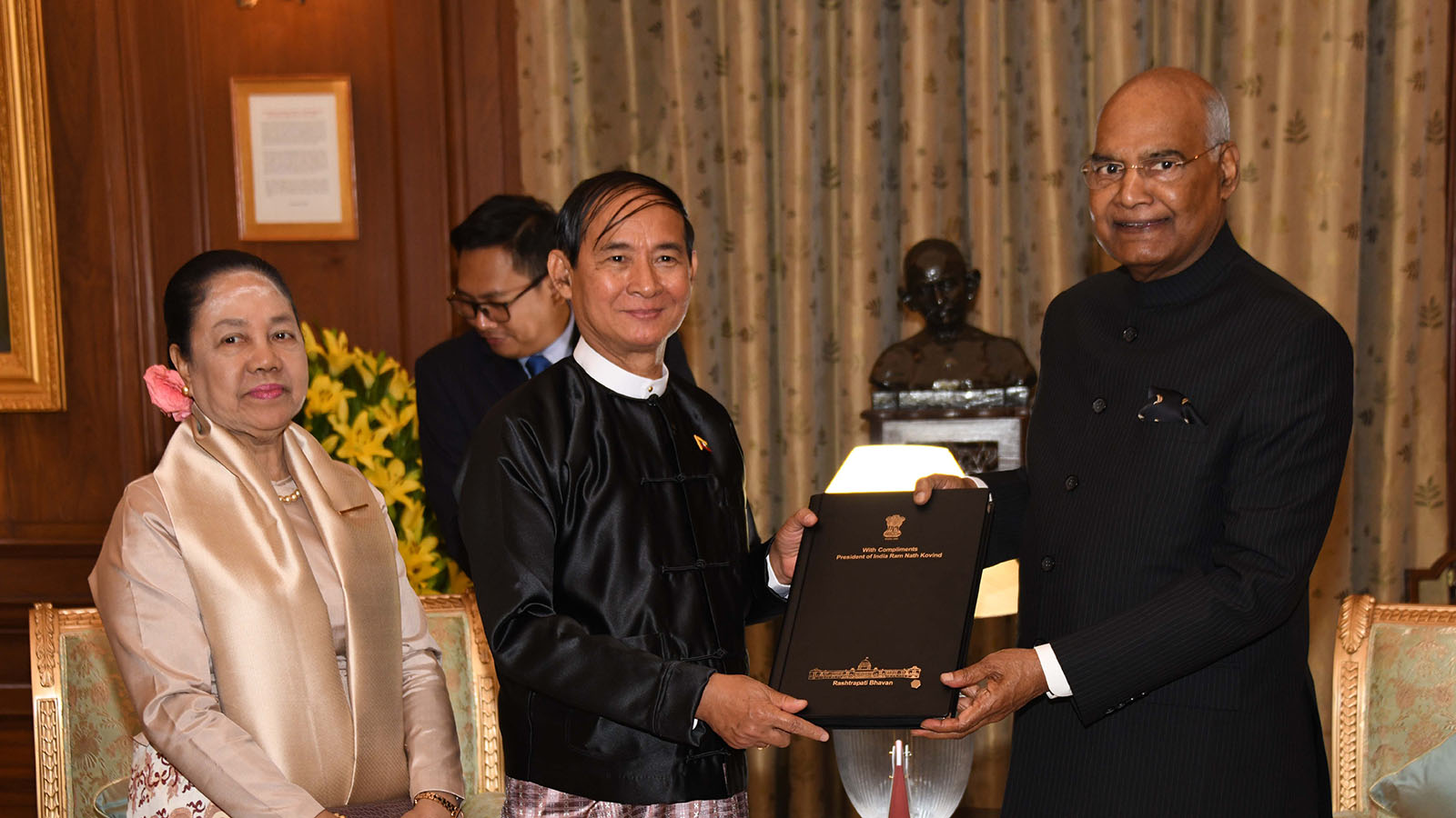 President U Win Myint accepts a souvenir from Indian President Shri Ram Nath Kovind in India on 27 February.  Photo: MNA