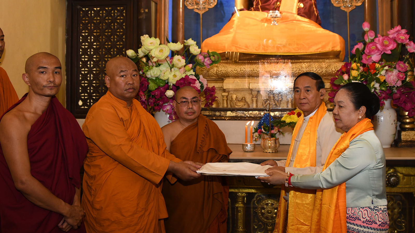 President U Win Myint and First Lady Daw Cho Cho present the cash donation to the monks at Mahabodhi Temple in Bodh Gaya yesterday.Photo : MNA