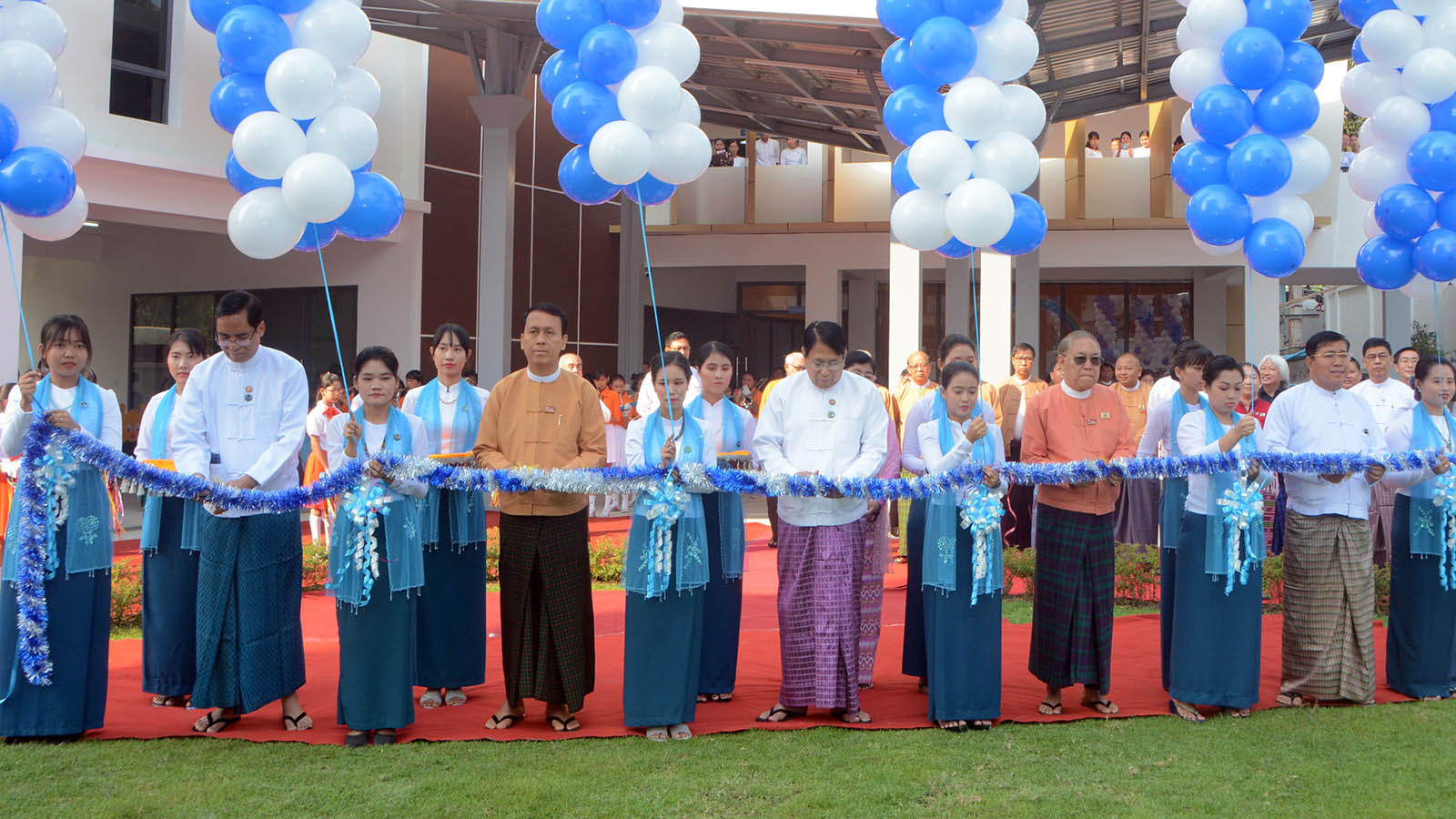 Union Minister Dr Pe Myint, Chief Minister U Phyo Min Thein, Deputy Minister U Aung Hla Tun, Speaker of Yangon Region Hluttaw U Tin Maung Tun and Minister of Rakhine Ethnic Affairs of the regional government U Zaw Aye Maung open the Community Centre in Yangon yesterday. Photo:MNA