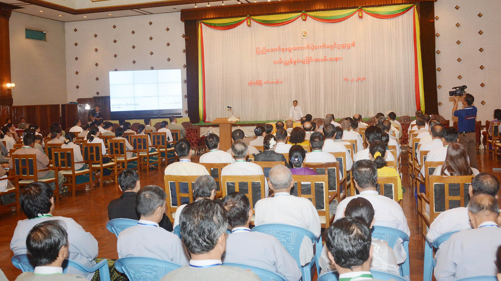 Union Election Commission Chairman U Hla Thein delivers the speech at a meeting with officials from Yangon Region election sub-commissions in Yangon yesterday.Photo: MNA