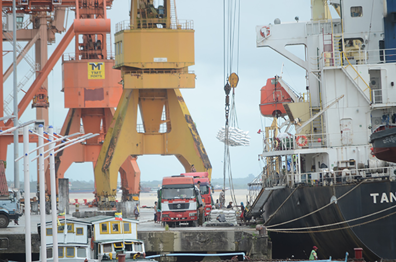 Myanmar exports rice and broken rice being loaded to cargo vessels.  Photo: Phoe  Khwar