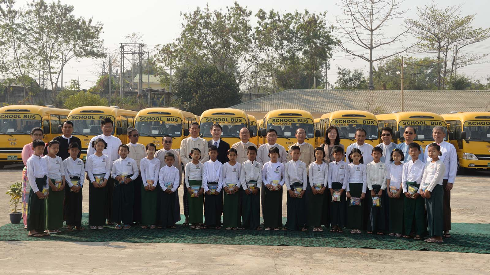 Union Minister Dr Myo Thein Gyi, donors  from Korea International Cooperation Agency (KOICA) and students pose for a photo in front of donated school buses in Nay Pyi Taw. Photo: MNA