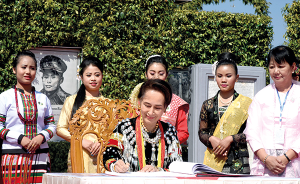 State Counsellor Daw Aung San Suu Kyi signs  the visitors' book at the ceremony in commemoration of the 73rd  Union Day in Panglong, Shan State.Photo: MNA