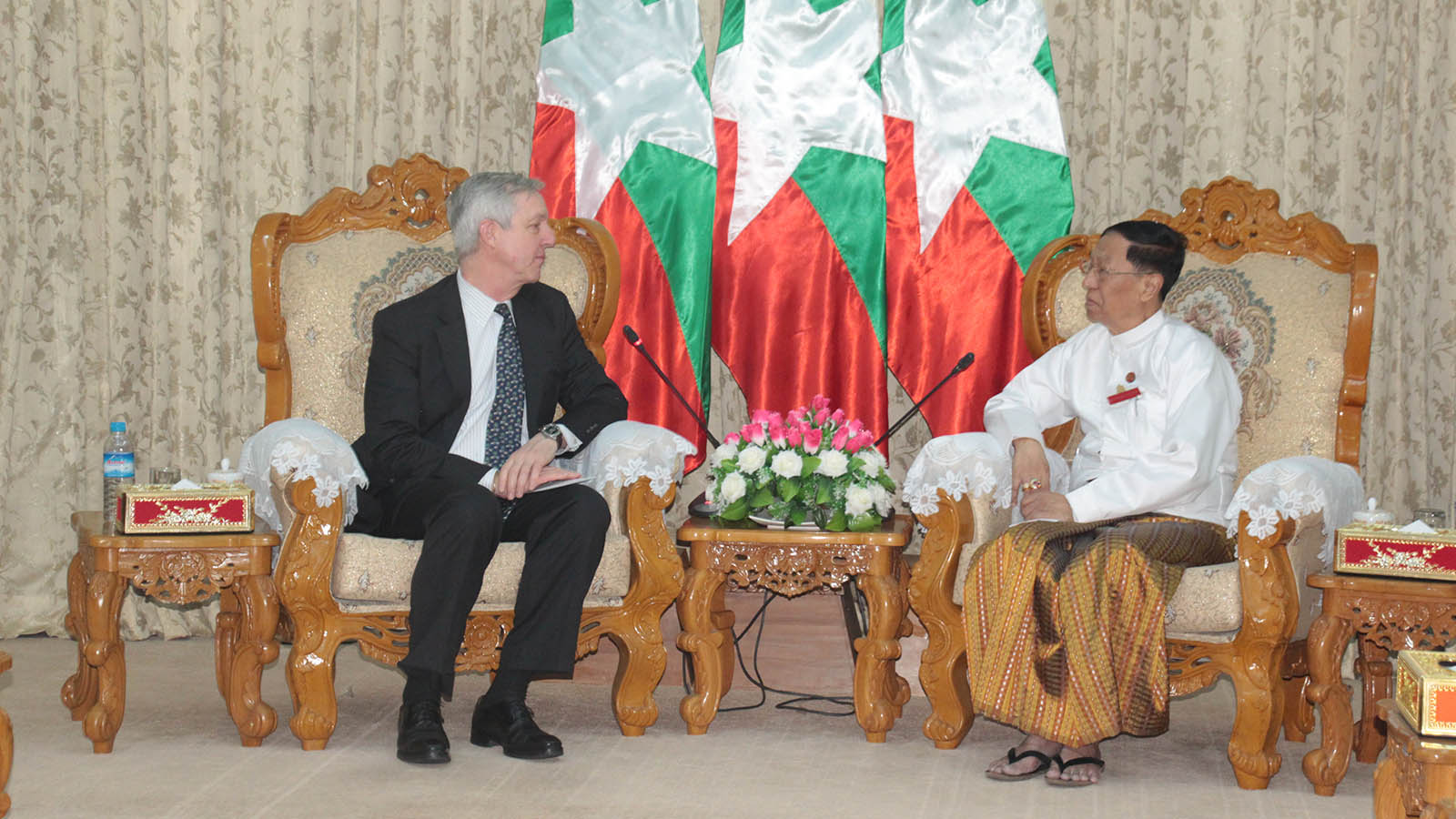 Union Election Commission Chairman U Hla Thein holds talk with Mr Tony Banbury, President of International Foundation for Electoral System, in Nay Pyi Taw yesterday. Photo: MNA