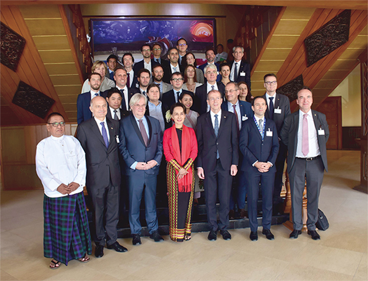 State Counsellor Daw Aung San Suu Kyi poses for documentary photo  with business delegation from France.Photo: MNA