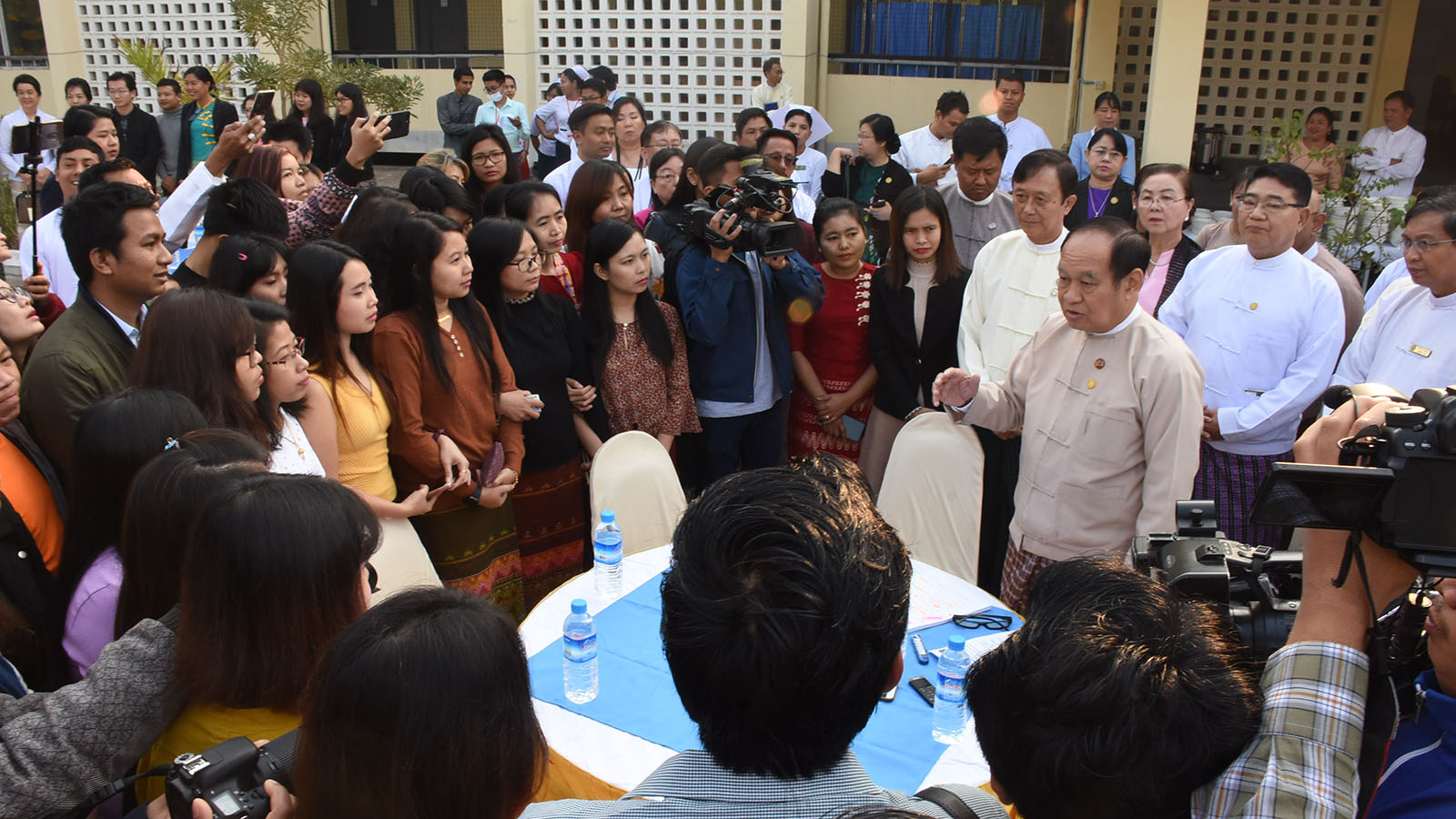 Union Minister Dr Myint Htwe meets with the quarantined students in Mandalay before returning to their homes yesterday. Photo: MNA