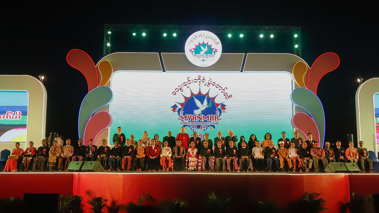State Counsellor Daw Aung San Suu Kyi poses for a group photo with Ambassadors from Foreign Embassies in Myanmar, diplomats, UN Resident Representatives for Myanmar at the Ethnics Cultural Festival.Photo: MNA