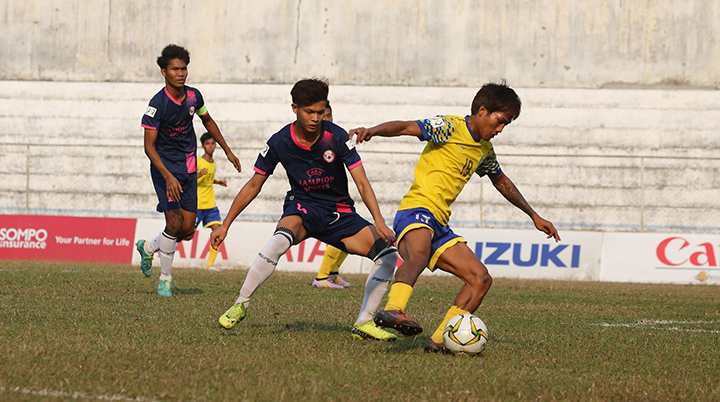 A Silver Stars FC player (yellow) tries to block the ball during a Myanmar National League II match against Yaw Myay FC, held yesterday at the Padonmar Stadium in Yangon. Photo: MNL
