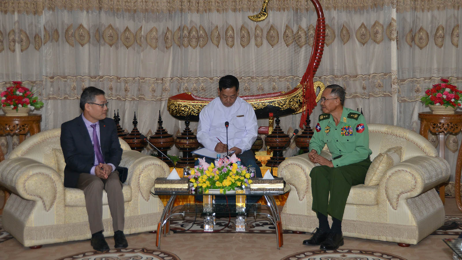Union Minister Lt-Gen Sein Win holds talk with Vietnamese Ambassador Mr Ly Quoc Tuan in Nay Pyi Taw yesterday. Photo: MNA
