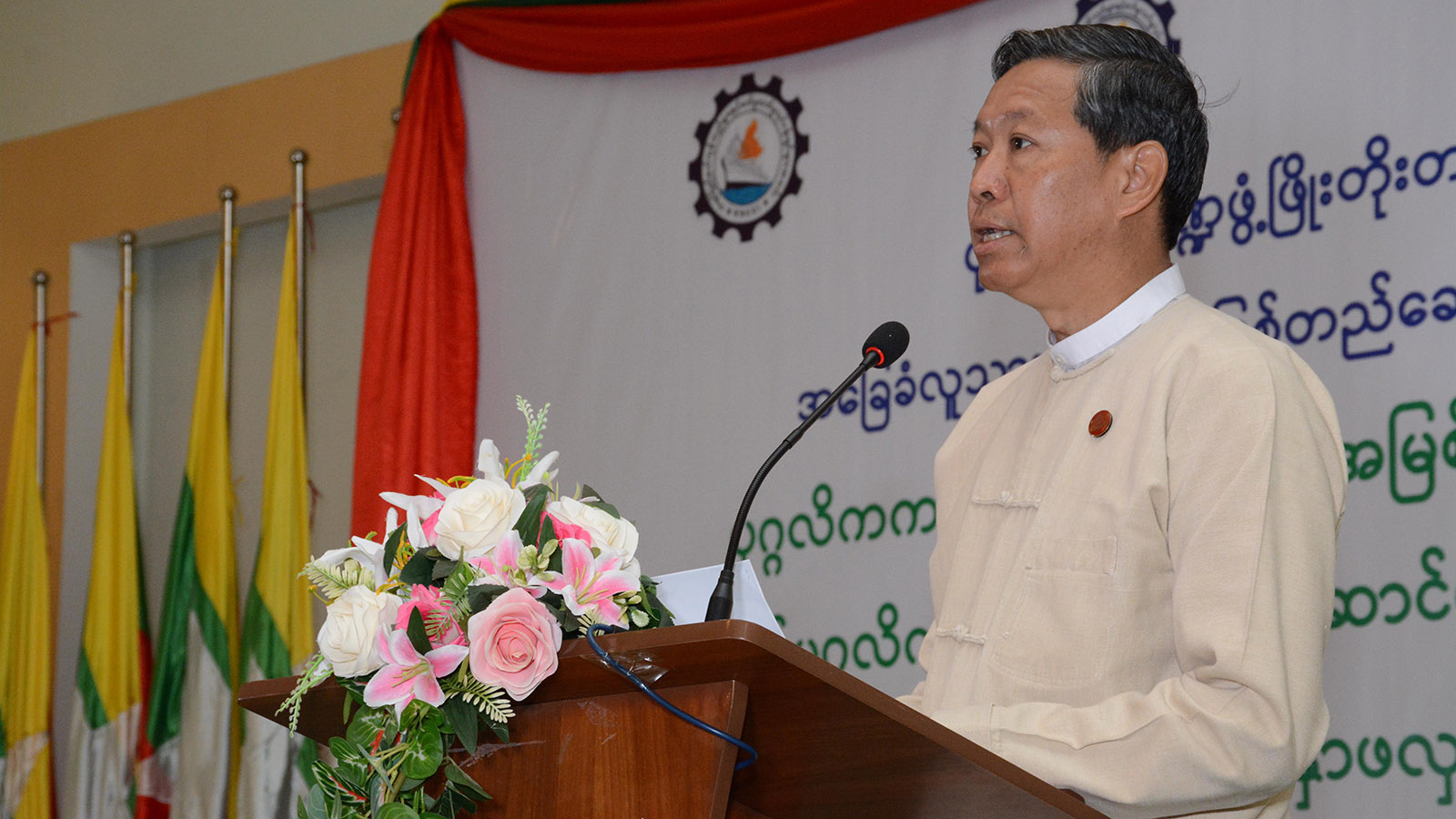 Union Minister Dr Myo Thein Gyi delivers the speech at the seminar held to develop coordination programmes between the government and private sectors for human resource development. Photo:MNA