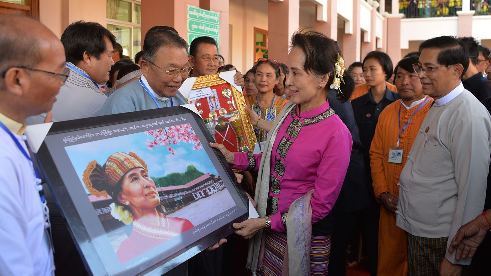 State Counsellor Daw Aung San Suu Kyi receives her portrait painting at No.1 High School in Taunggyi.Photo: MNA