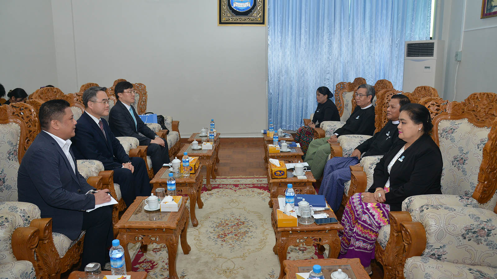 Union Attorney-General U Tun Tun Oo meets with president Dr Cheol-kyu Hwang of the International Attorney Association (IAA) yesterday.Photo: MNA