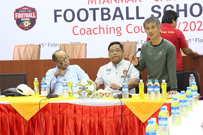 Japanese coach Kenichi Yatsuhashi (r) conducting the coaching course yesterday in Yangon.  Photo: MFF