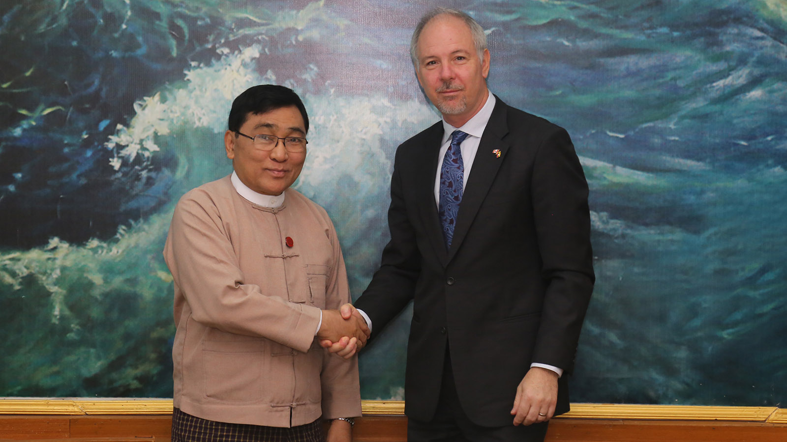 Union Minister Dr Win Myat Aye shakes hand with Ambassador of Canada Mr Francois Lafreniere in Nay Pyi Taw yesterday.  Photo : MNA