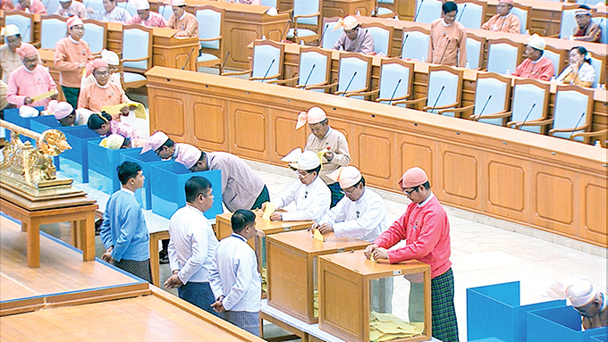 Hluttaw Representatives voting for constitutional amendment during the 25th-day meeting of the Second Pyidaungsu Hluttaw's 15th regular session being held in Nay Pyi Taw yesterday.Photo: MNA