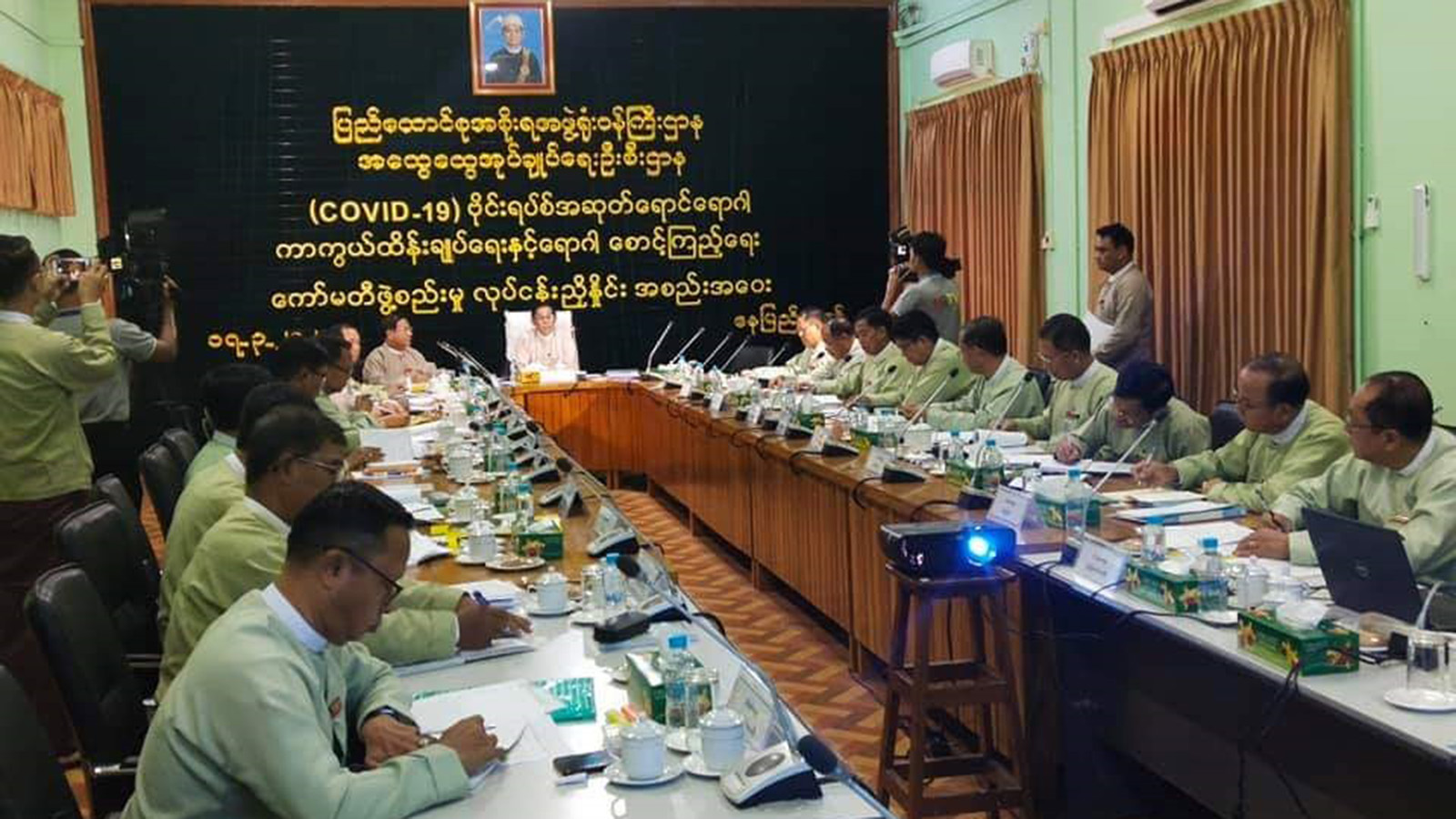 Union Minister U Min Thu delivers the speech at coordination meeting with officials from Region/State General Administration Departments in Nay Pyi Taw yesterday. Photo:MNA