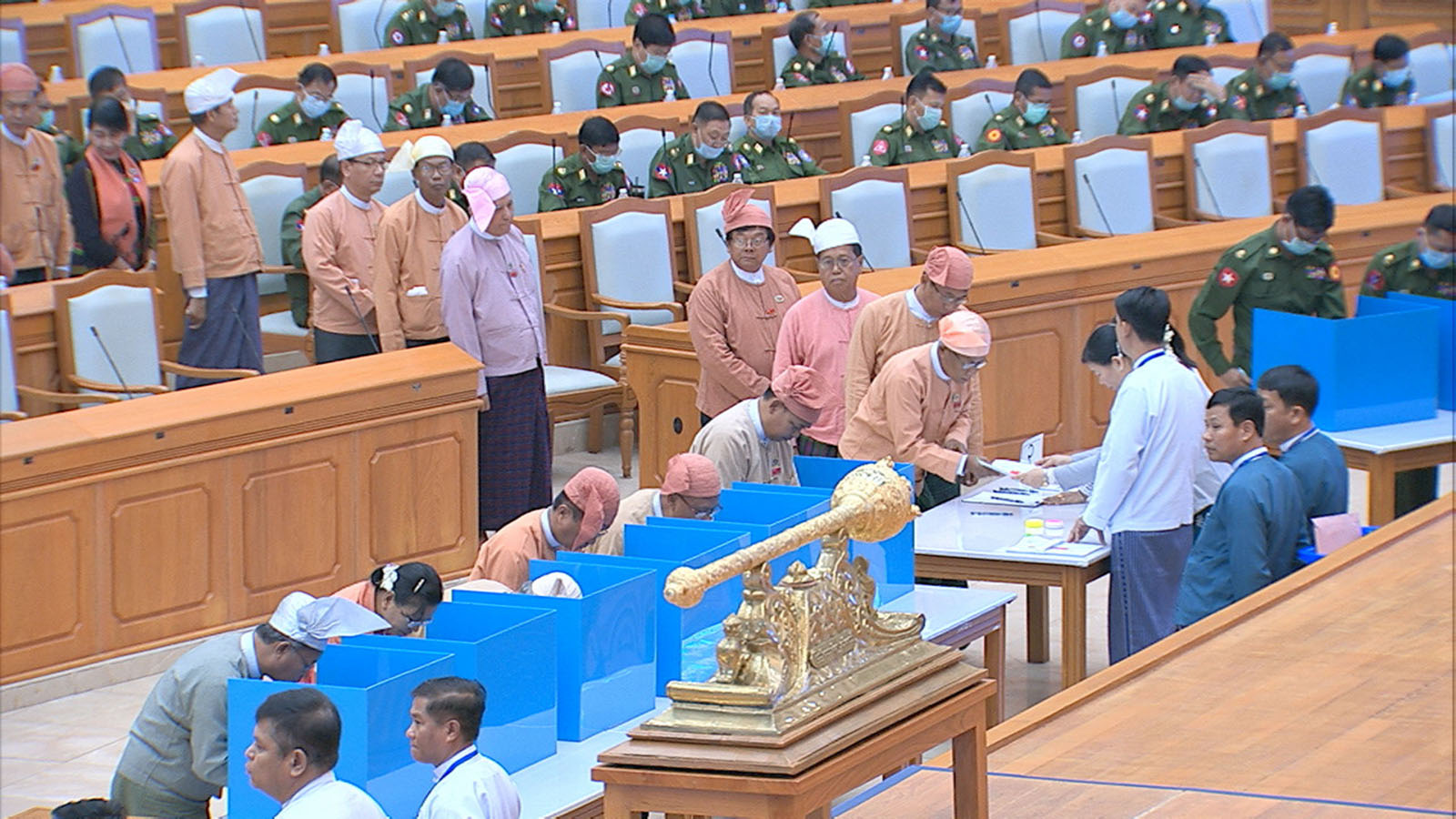 Hluttaw Representatives voting for the constitutional amendment during the 27th day meeting of the Second Pyidaungsu Hluttaw's 15 regular session being held in Nay Pyi Taw yesterday.Photo: MNA