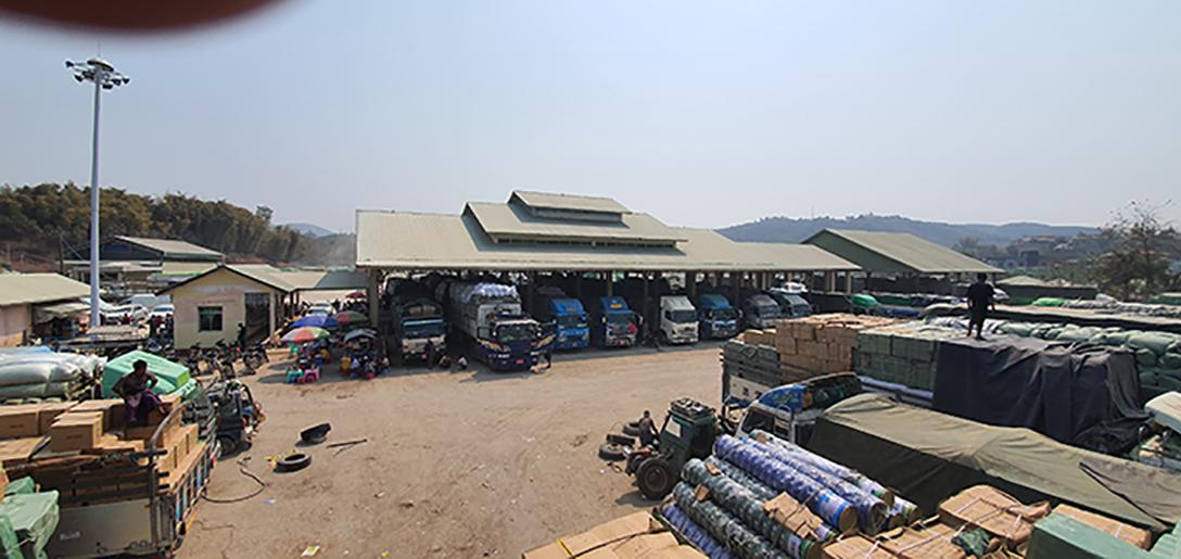 Trucks are parking at the 105th mile border trade zone. Photo : MNA