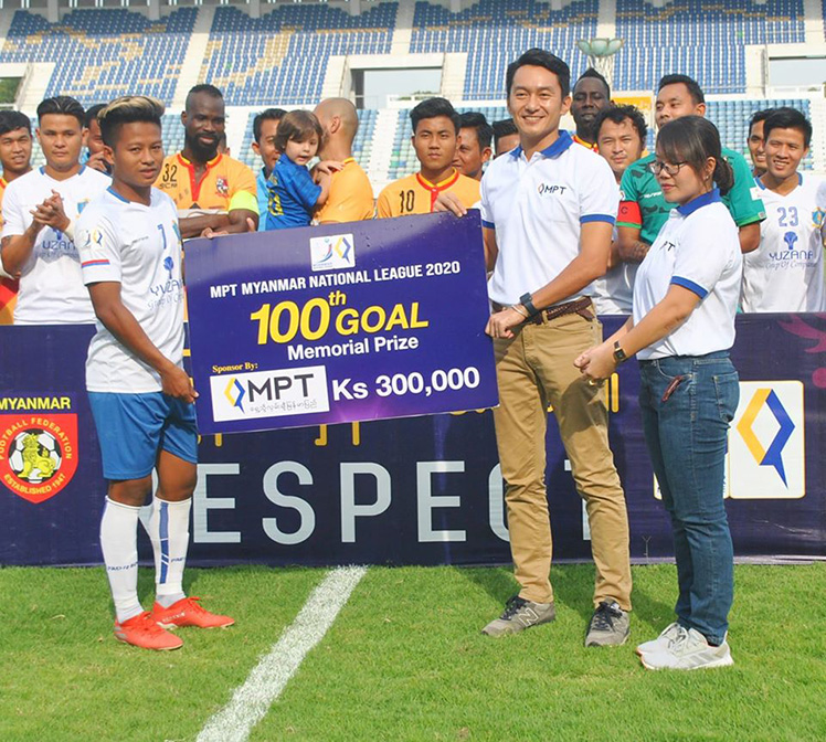 Winger of Southern Myanmar Shina Thura (left) receiving the 100th goal memorial prize.  Photo: MNL
