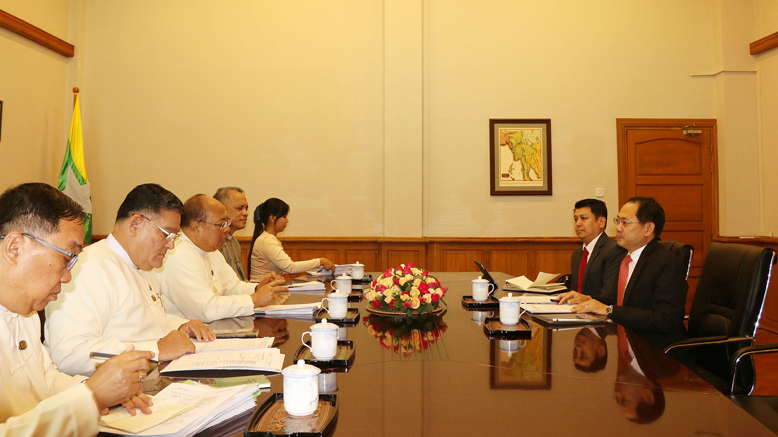 Union Minister U Thaung Tun holds talks with Mr. Newin Sinsiri, Country Director of Asian Development Bank, in Nay Pyi Taw yesterday.Photo: MNA